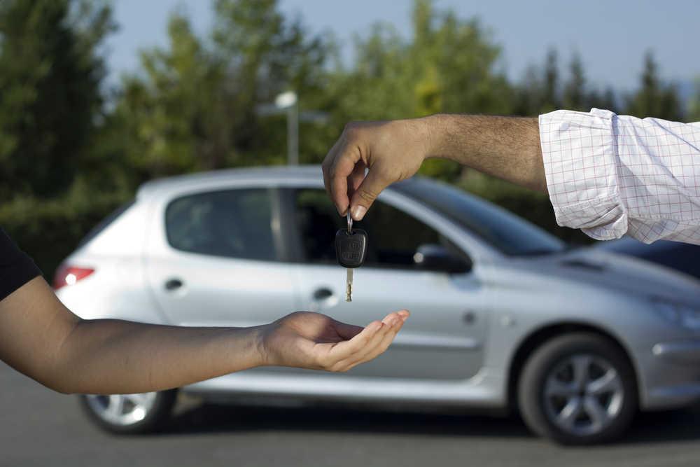 ¿Qué impuestos pago si voy a comprar un coche en el extranjero?